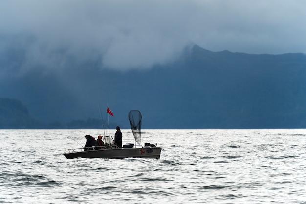 Touristisches fischen im pazifischen ozean, regionaler bezirk skeena-königin charlotte, haida gwaii, graham Premium Fotos