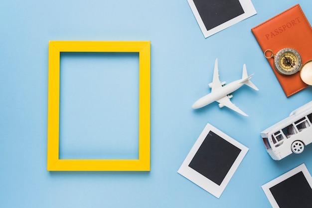 Touristisches konzept mit flugzeug und bus Kostenlose Fotos
