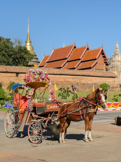 Touristisches von pferden gezogenes taxi bei wat phra that lampang luang in thailand Premium Fotos