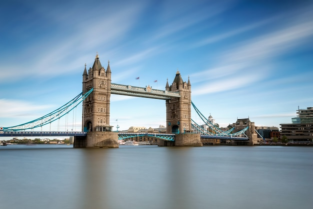 Tower bridge am helllichten tag auf der themse in london Premium Fotos