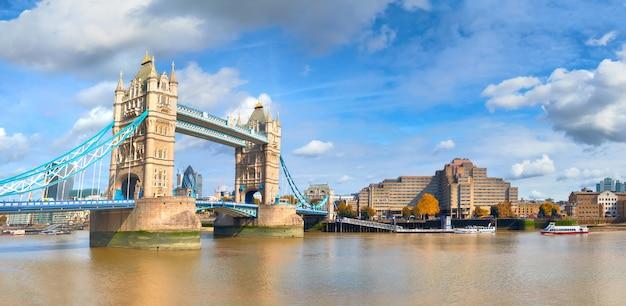 Tower bridge in london an einem hellen sonnigen tag Premium Fotos