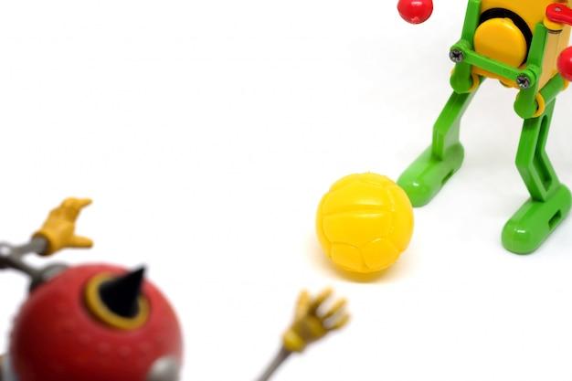 Toy robot spielen fußball, sportkonzept. Premium Fotos