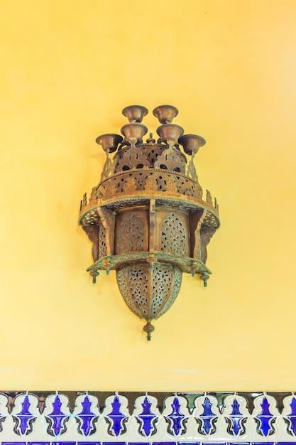 Traditionelle arabische lampe wird für dekorative gebäude verwendet Premium Fotos