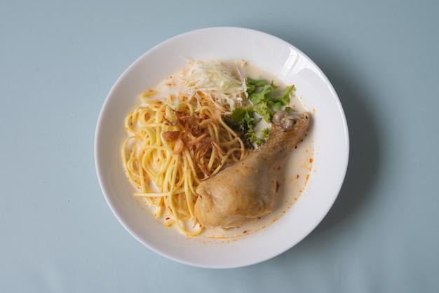 Traditionelle asiatische mahlzeit würzige laksa nudel weiße curry paste suppe mit huhn und gemüse aus thailand oder malaysia oder singapur Premium Fotos