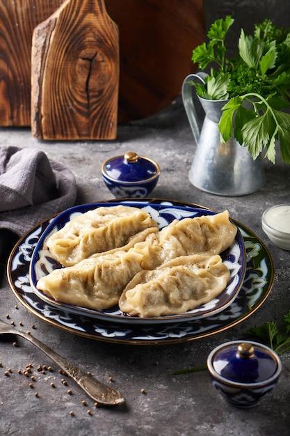Traditionelle azian manti, knödel mit hackfleisch Premium Fotos