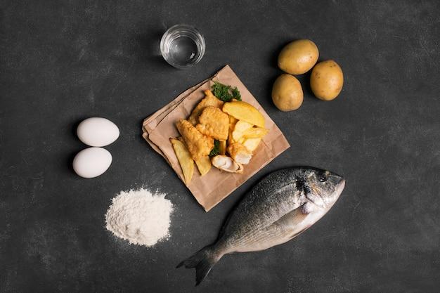 Traditionelle britische fisch und auf der dunklen oberfläche Premium Fotos