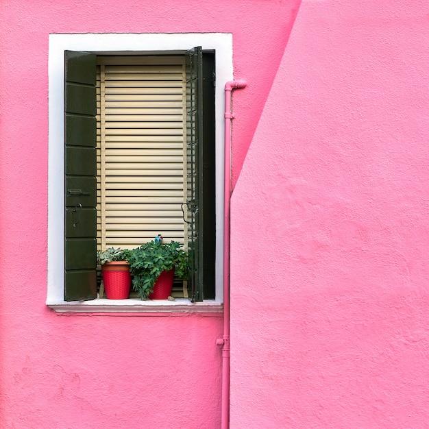 Traditionelle bunte wände und fenster der alten häuser Premium Fotos