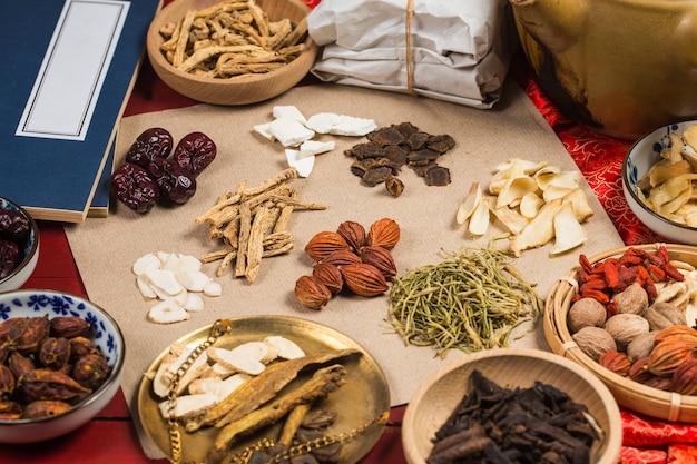 Traditionelle chinesische medizin, chinesische medizinbücher Premium Fotos