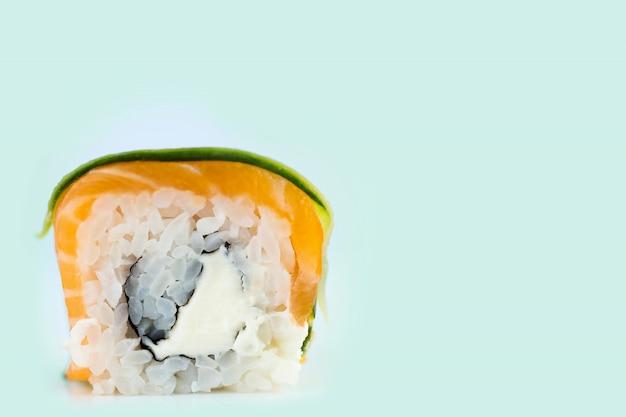Traditionelle frische japanische sushirollen auf tadellosem hintergrund Premium Fotos