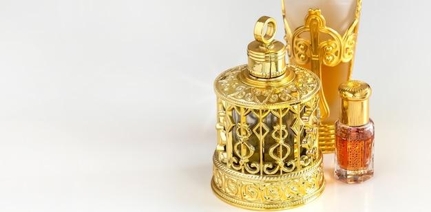 Traditionelle golden verzierte flasche arabische oud-öl-parfums. isolierte weißen hintergrund. kopieren sie platz. Premium Fotos