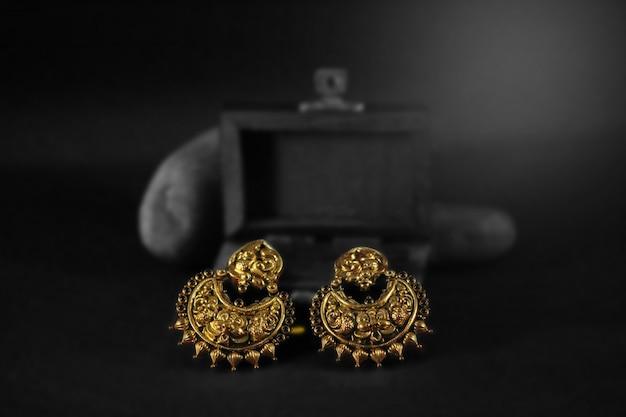 Traditionelle goldohrringe eingestellt Premium Fotos