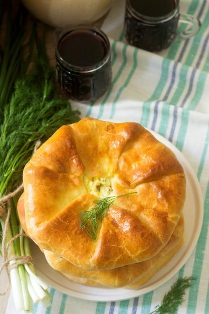 Traditionelle hausgemachte rumänische und moldauische torten - placinta, serviert mit wein. rustikaler stil. Premium Fotos