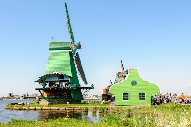 Traditionelle holländische windmühlen in zaanse schans, die niederlande Premium Fotos