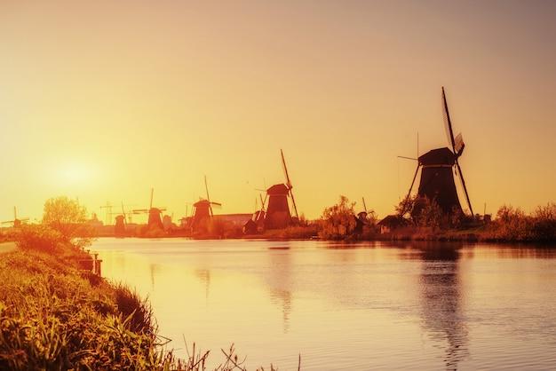 Traditionelle holländische windmühlen vom kanal rotterdam. holland Premium Fotos