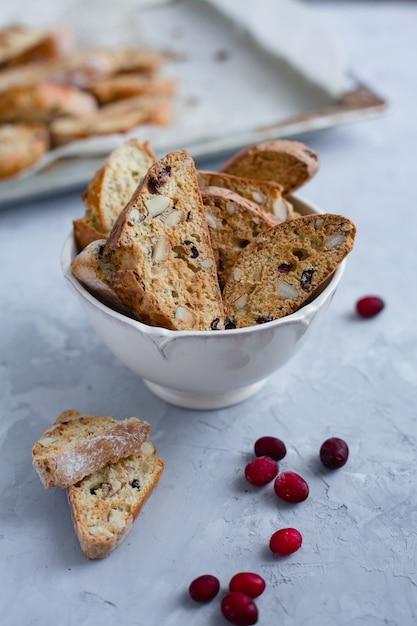 Traditionelle italienische cranberry mandel biscotti kekse Premium Fotos