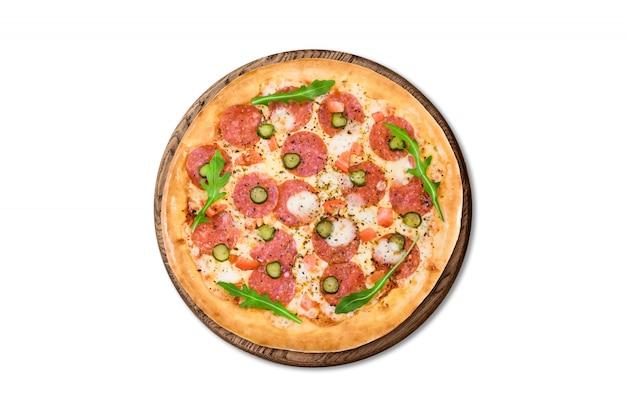 Traditionelle italienische pizza pepperoni auf holzbrett isoliert auf weißem hintergrund für menü Premium Fotos