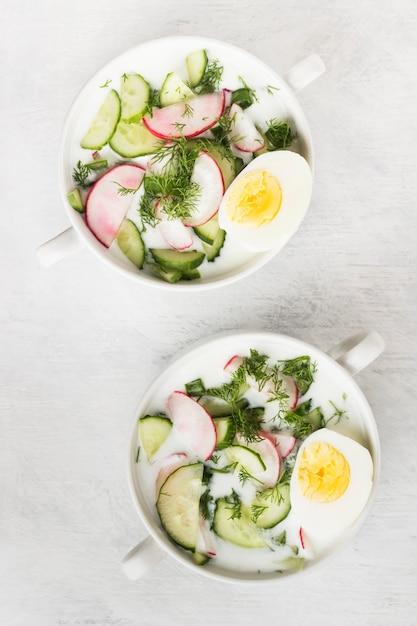 Traditionelle kalte russische suppe mit kefir, gurke, rettich, ei und petersilie Premium Fotos