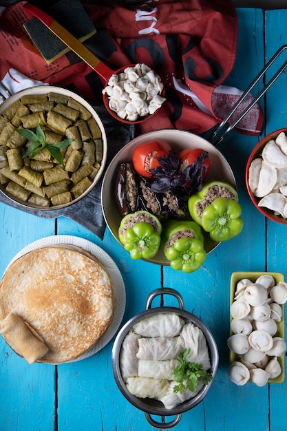 Traditionelle kaukasische mischnahrungsmittel auf einer blauen tabelle. Kostenlose Fotos
