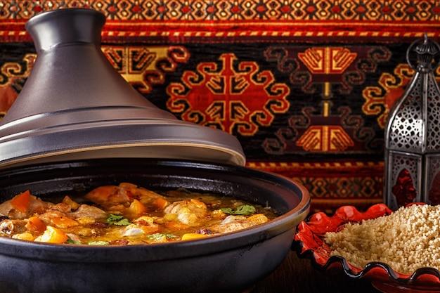 Traditionelle marokkanische hühnchen-tajine mit gesalzenen zitronen, oliven Premium Fotos