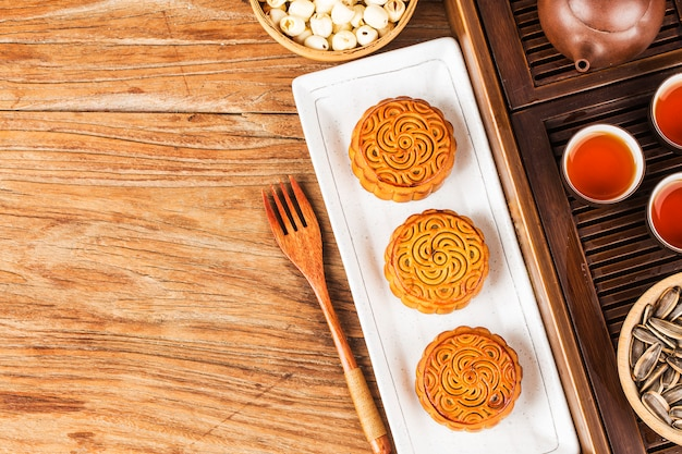 Traditionelle mooncakes auf gedeck mit teetasse. Premium Fotos