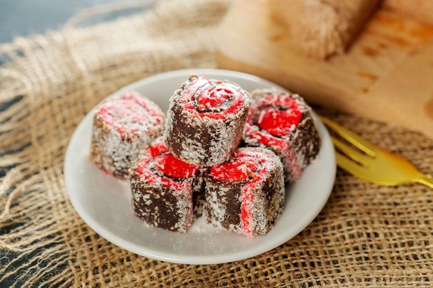 Traditionelle östliche desserts auf holz Premium Fotos