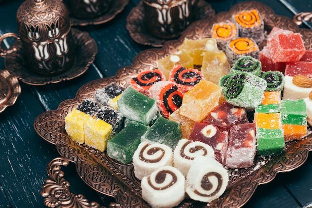 Traditionelle östliche desserts auf holztisch Premium Fotos
