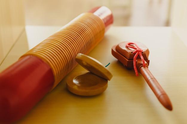 Traditionelle percussion-musikinstrumente wie kastagnetten und chinesische holzkisten. Premium Fotos