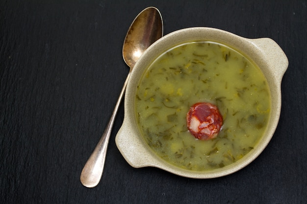 Traditionelle portugiesische suppe caldo verde Premium Fotos