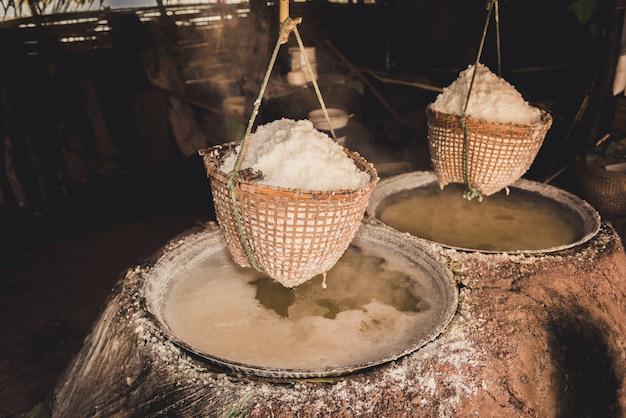 Traditionelle salzgewinnung im bezirk boklua, provinz nan Premium Fotos