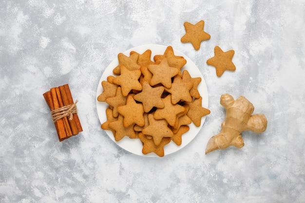 Traditionelle selbst gemachte lebkuchenplätzchen auf grauem beton, abschluss oben, weihnachten, draufsicht, ebenenlage Kostenlose Fotos