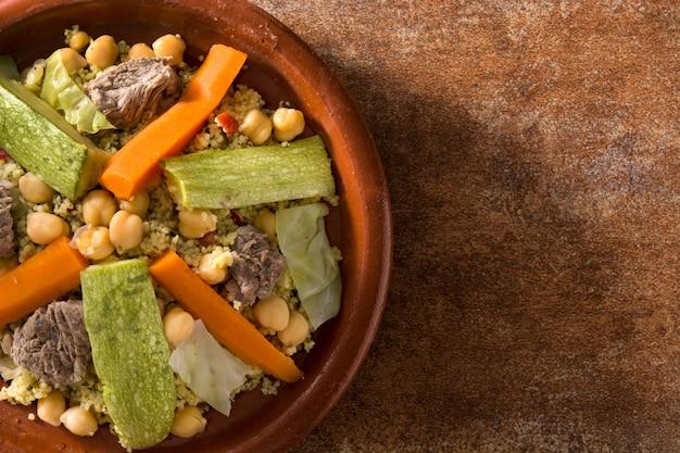 Traditionelle tajine mit gemüse, kichererbsen, fleisch und couscous Premium Fotos