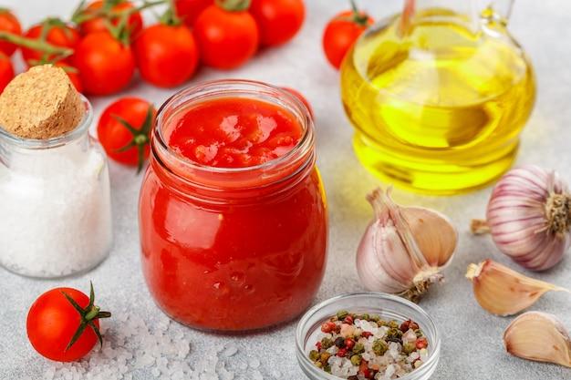 Traditionelle tomatensauce Premium Fotos