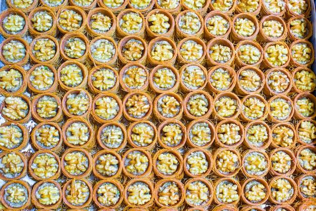 Traditionelle türkische süßigkeiten auf ägyptischem basar von istanbul Premium Fotos