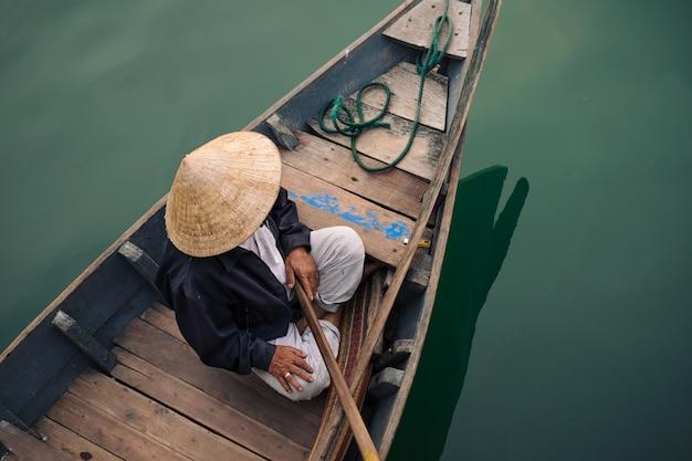 Traditionelle vietnamesische leute in hoi an stadt Premium Fotos