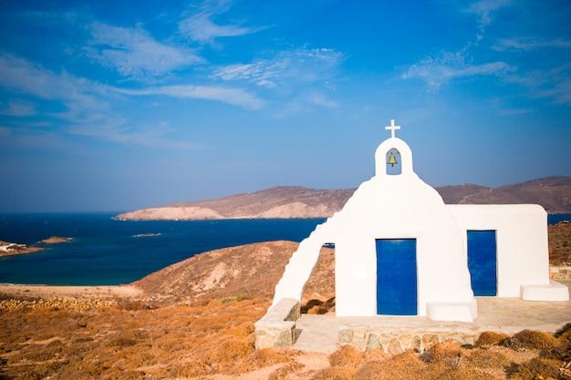 Traditionelle weiße kirche mit seeansicht in mykonos-insel, griechenland Premium Fotos