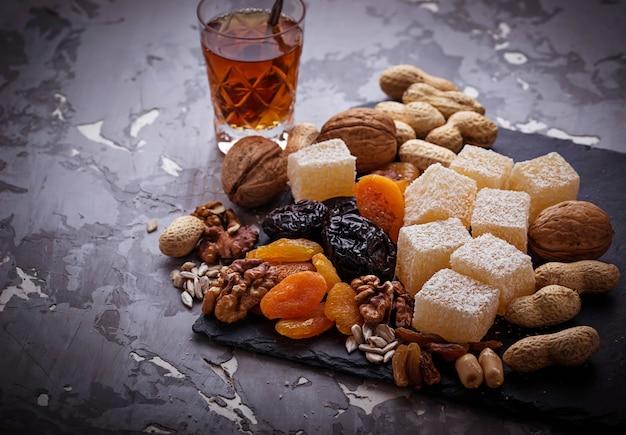 Traditioneller arabischer tee und trockenfrüchte und nüsse Premium Fotos