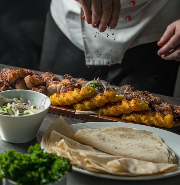 Traditioneller aserbaidschanischer lula-kebab auf dem tisch Kostenlose Fotos