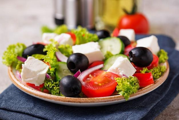 Traditioneller griechischer salat mit feta, oliven und gemüse Premium Fotos