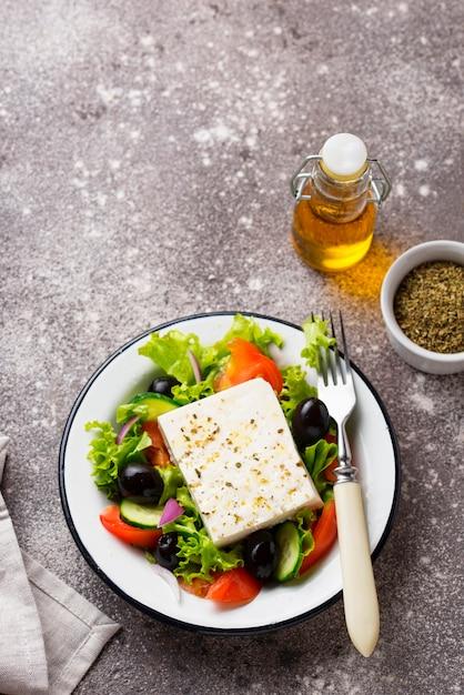 Traditioneller griechischer salat mit feta Premium Fotos
