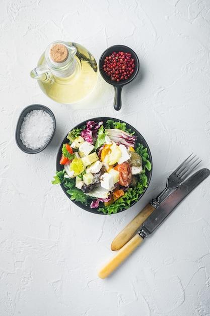 Traditioneller griechischer salat mit frischem gemüse, feta und oliven Premium Fotos