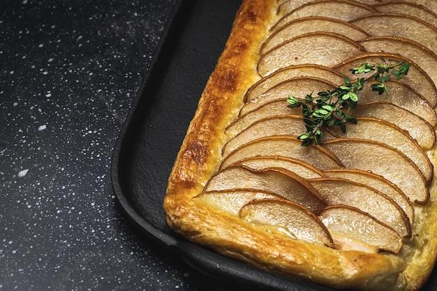 Traditioneller hausgemachter bio-apfelkuchen auf dunklem tisch. gesundes foood-konzept Premium Fotos
