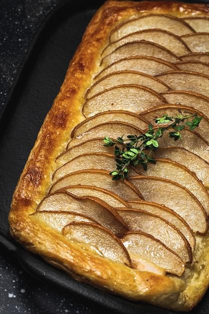 Traditioneller hausgemachter bio-apfelkuchen auf dunkler oberfläche. Premium Fotos