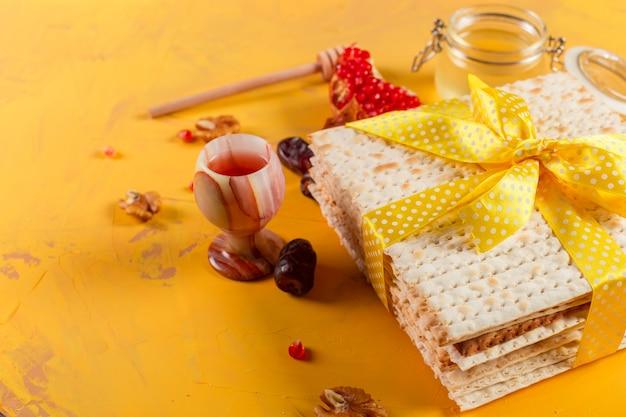 Traditioneller jüdischer koscherer matzo für ostern pesach Premium Fotos