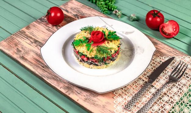 Traditioneller mangalsalat mit dill und tomaten. Kostenlose Fotos