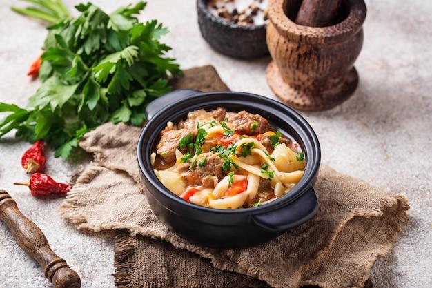 Traditioneller orientalischer usbeksuppe lagman Premium Fotos