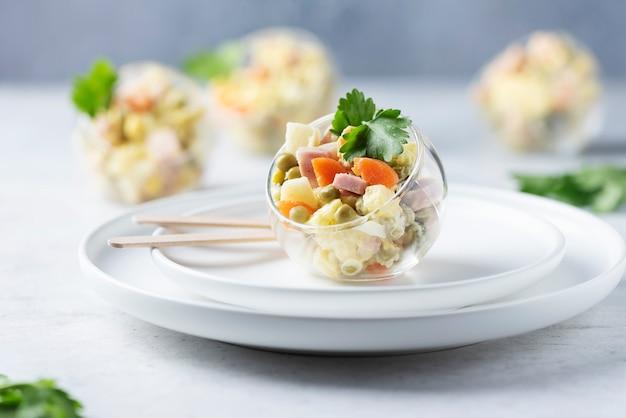 Traditioneller russischer salat olivier Premium Fotos