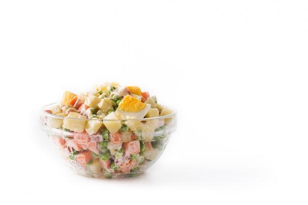 Traditioneller russischer salat zu weihnachten. olivier salat, isoliert auf weiss. Premium Fotos
