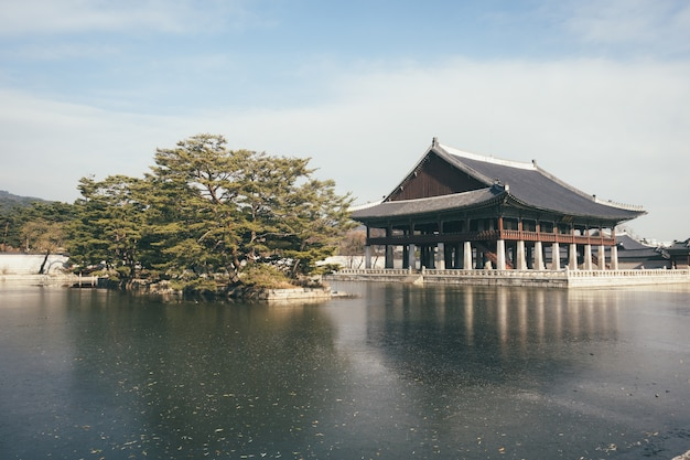 Traditioneller schrein nahe dem see in soeul, korea Kostenlose Fotos