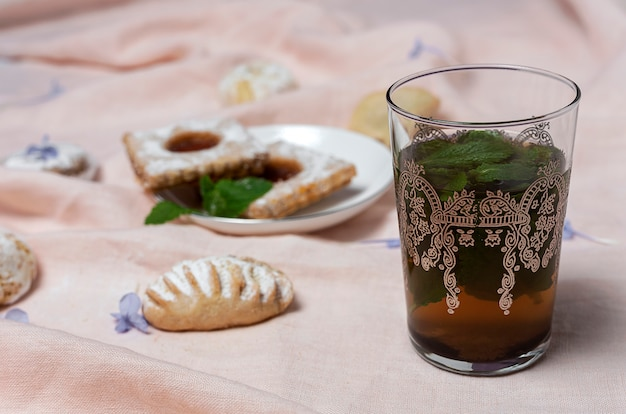 Traditioneller tee mit minze und verschiedenen arabischen süßigkeiten Premium Fotos