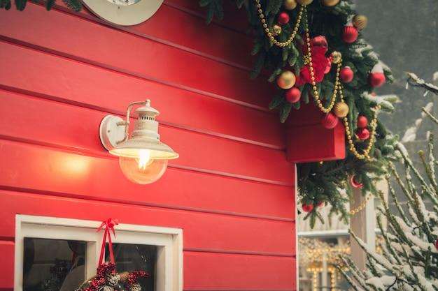 Traditioneller weihnachtsrotkiosk Premium Fotos